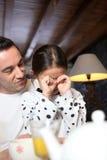 Hombre que conforta a su hija Foto de archivo libre de regalías