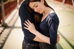 Hombre que conforta a su mujer al aire libre Fotografía de archivo