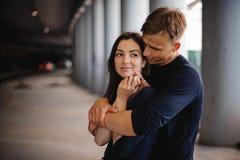 Hombre que conforta a su mujer al aire libre Imagen de archivo libre de regalías