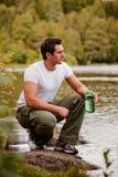 Hombre que consigue el agua Imagen de archivo