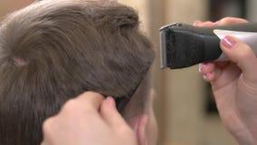 Hombre que consigue el corte de pelo, cierre para arriba metrajes