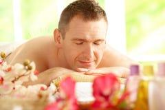 Hombre que consigue el tratamiento de la acupuntura en un balneario imagenes de archivo
