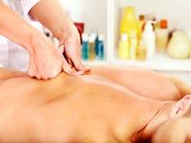 Hombre que consigue masaje en balneario. Fotos de archivo