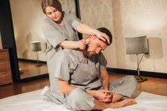 Hombre que consigue masaje en balneario Terapeuta de sexo femenino fotografía de archivo libre de regalías