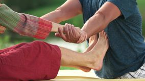 Hombre que consigue tailandés estirando masaje del terapeuta metrajes
