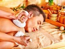Hombre que consigue tratamientos herbarios del masaje de la bola. Imagen de archivo libre de regalías