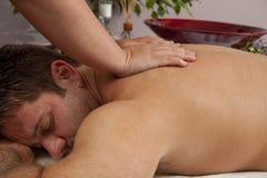 Hombre que consigue un masaje Imágenes de archivo libres de regalías