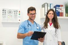 Hombre que consulta con el doctor Foto de archivo