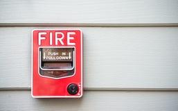 hombre que controla el extintor Imagenes de archivo