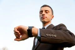 Hombre que controla el tiempo imagen de archivo libre de regalías