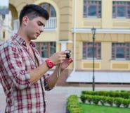 Hombre que controla la parte posterior de su cámara imagenes de archivo