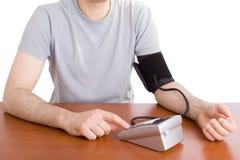 Hombre que controla su presión arterial Fotos de archivo