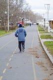 Hombre que corre abajo del callejón Fotos de archivo libres de regalías