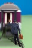 Hombre que corre después de un tren imagen de archivo libre de regalías