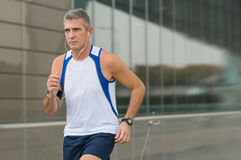 Hombre que corre en el centro de ciudad Fotografía de archivo