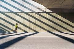 Hombre que corre en la ciudad fotografía de archivo libre de regalías