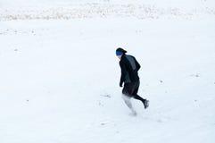 Hombre que corre en la nieve Imágenes de archivo libres de regalías