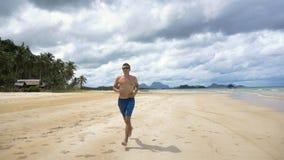 Hombre que corre en la playa fotografía de archivo libre de regalías
