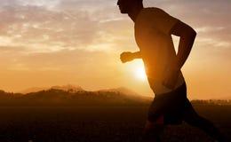 Hombre que corre en la puesta del sol Fotografía de archivo libre de regalías
