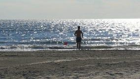 Hombre que corre hacia el mar metrajes