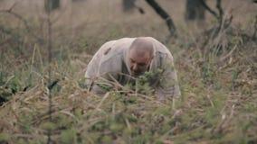 Hombre que corre lejos en el bosque almacen de metraje de vídeo