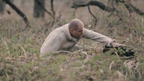 Hombre que corre lejos en el bosque metrajes