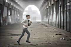 Hombre que corre a través del túnel abandonado Fotos de archivo