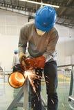 Hombre que corta el tubo en el taller Foto de archivo libre de regalías