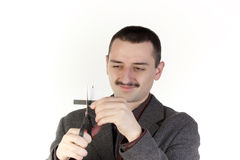 Hombre que corta un de la tarjeta de crédito Imagenes de archivo