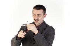 Hombre que corta un de la tarjeta de crédito Fotografía de archivo libre de regalías