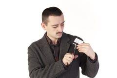 Hombre que corta un de la tarjeta de crédito Imagen de archivo