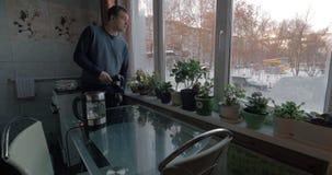 Hombre que crea la cantidad común en la cocina metrajes