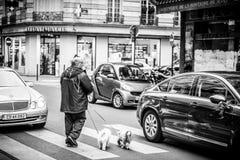 Hombre que cruza la calle Imagen de archivo libre de regalías