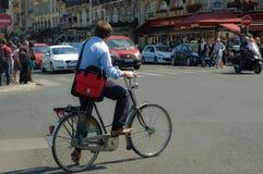 Hombre que cruza la calle en París Imagenes de archivo