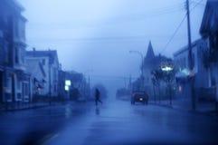 Hombre que cruza la calle tempestuosa Fotos de archivo libres de regalías