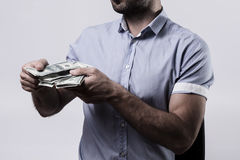 Hombre que cuenta el dinero Imagen de archivo libre de regalías