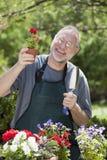 Hombre que cultiva un huerto al aire libre Fotos de archivo libres de regalías