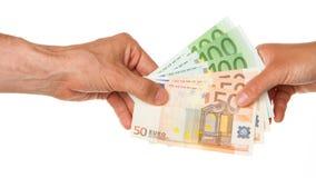 Hombre que da el euro 450 a una mujer Foto de archivo libre de regalías