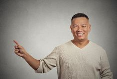 Hombre que da la bienvenida hermoso que señala con el finger que presenta el espacio de la copia Fotografía de archivo libre de regalías