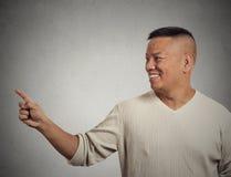 Hombre que da la bienvenida hermoso que señala con el finger que presenta el espacio de la copia Fotos de archivo libres de regalías