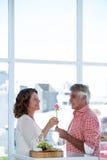 Hombre que da la flor a la mujer feliz Imágenes de archivo libres de regalías