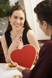Hombre que da a la tarjeta del día de San Valentín de la mujer. foto de archivo libre de regalías