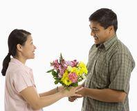 Hombre que da las flores de la mujer. imagenes de archivo