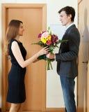 hombre que da las flores y el regalo a la mujer fotografía de archivo