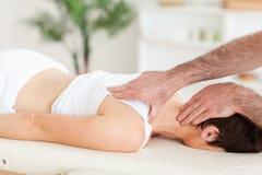 Hombre que da masajes al cuello de una mujer Foto de archivo libre de regalías