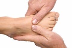 Hombre que da masajes al pie de los womans Imagenes de archivo
