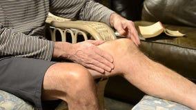 Hombre que da masajes a la rodilla en dolor almacen de video