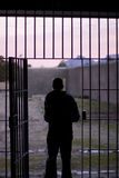 Hombre que deja la prisión Imagenes de archivo