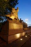 Hombre que derrota el león Foto de archivo