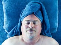 Hombre que descansa en el balneario Imagenes de archivo